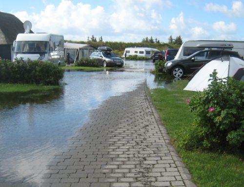 Afvanding af oversvømmet campingplads